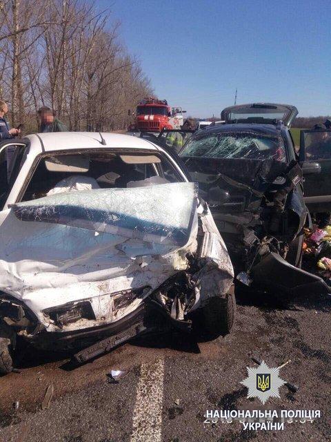 Жуткое ДТП: Под Харьковом столкнулись два авто, погибла семья с детьми - фото 118424