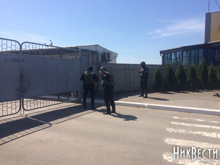 В порту Фирташа проходят обыски - фото 122005