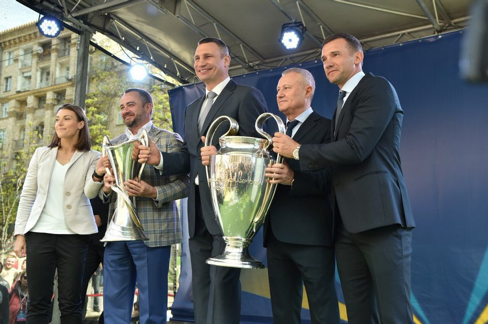 В Киеве передали кубки Лиги чемпионов УЕФА (фото, видео) - фото 120953