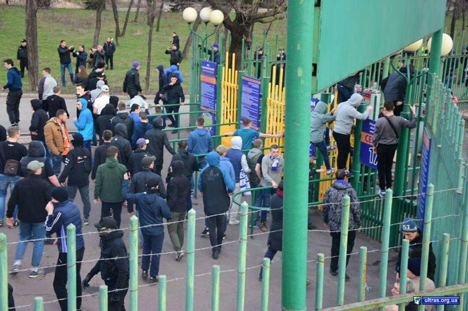 Фанаты 'Динамо' травмировали 9 полицейских в Мариуполе - фото 117071