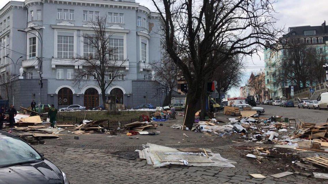Коммунальщики разнесли МАФы на Андреевском спуске и оставили после себя хаос (ФОТО) - фото 117457