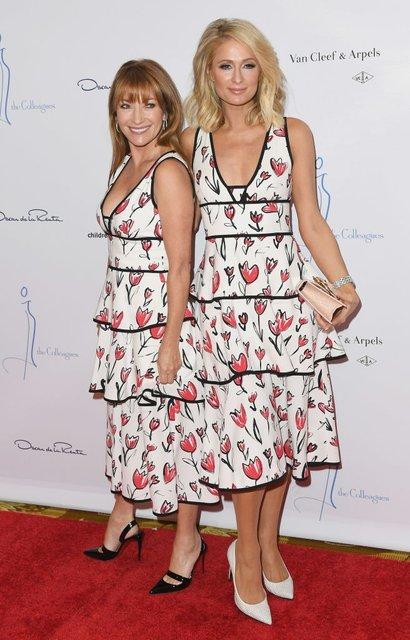 Пэрис Хилтон и Джейн Сеймур пришли на вечеринку в одинаковых нарядах - фото 120842
