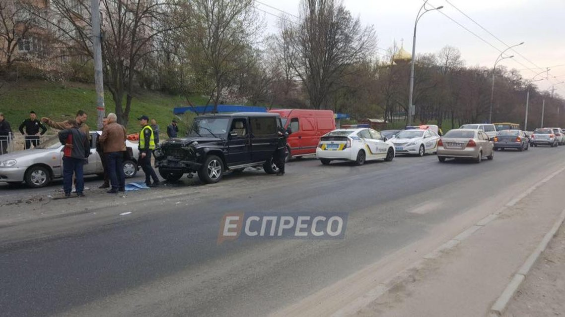 Пьяный киевский автомойщик угнал Mercedes и разнес три машины - фото 119772