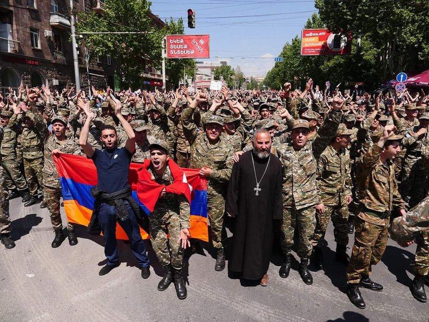 В Армении военные поддержали протест, а власти отпустили лидера оппозиции - фото 121266