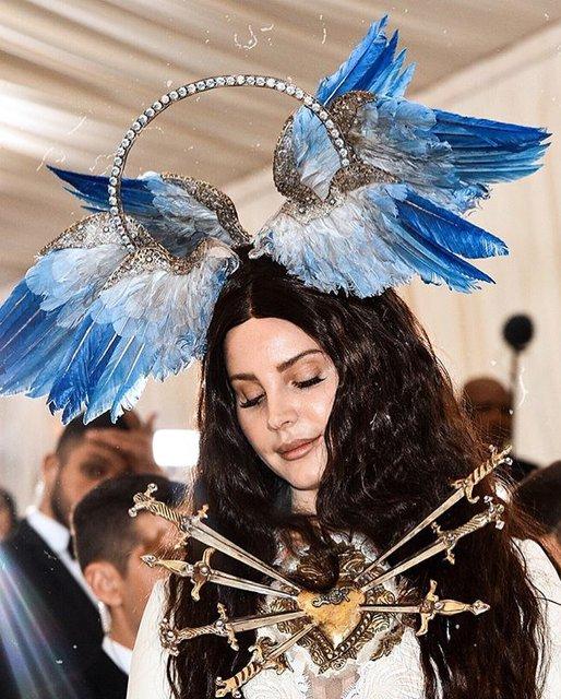 Met Gala-2018: лучшие наряды от известных личностей - фото 123805