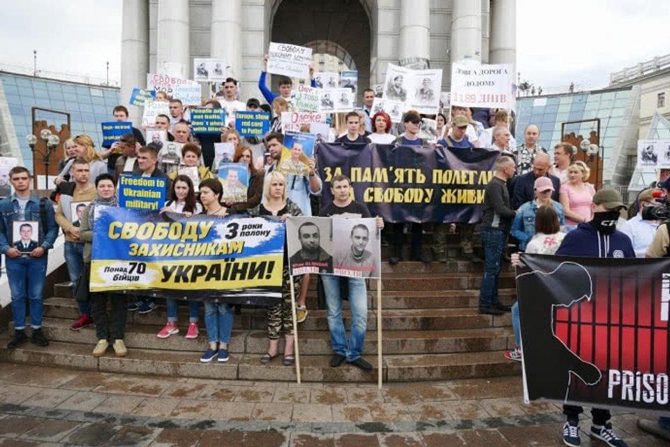 В столице Украины проходит марш за освобождение политзаключенных и пленных - фото 126014