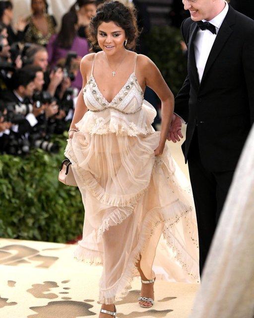 Met Gala-2018: лучшие наряды от известных личностей - фото 123796