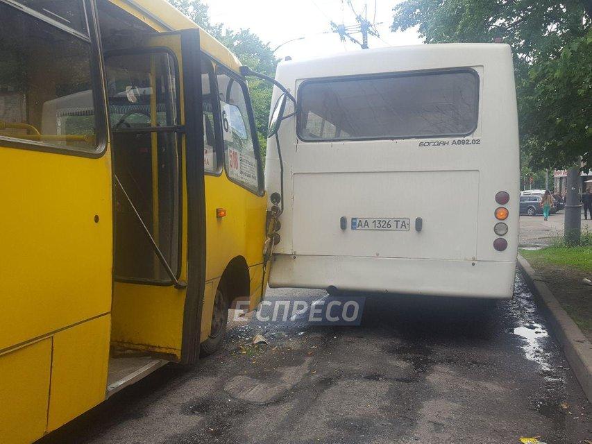 В Киеве столкнулись маршрутки из-за инсульта одного из водителей - фото 124858