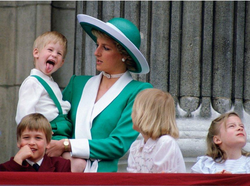 Принцесса Диана с принцом Гарри на руках - фото 126075