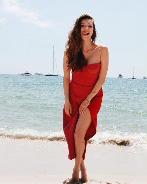 Регина Тодоренко похвасталась ножками в платье с очень глубоким разрезом - фото 124992