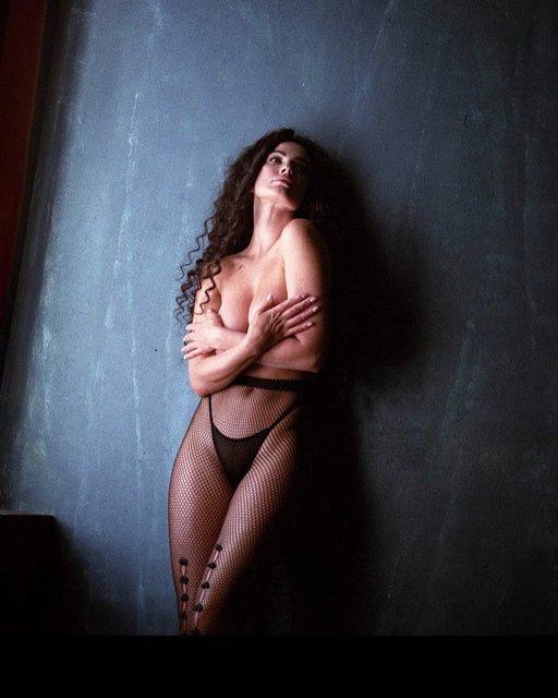 Экс-модель Playboy обнажила грудь в развратном наряде - фото 127060