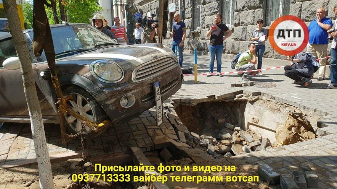 В центре Киева Mini Cooperушел под землю (видео) - фото 124160