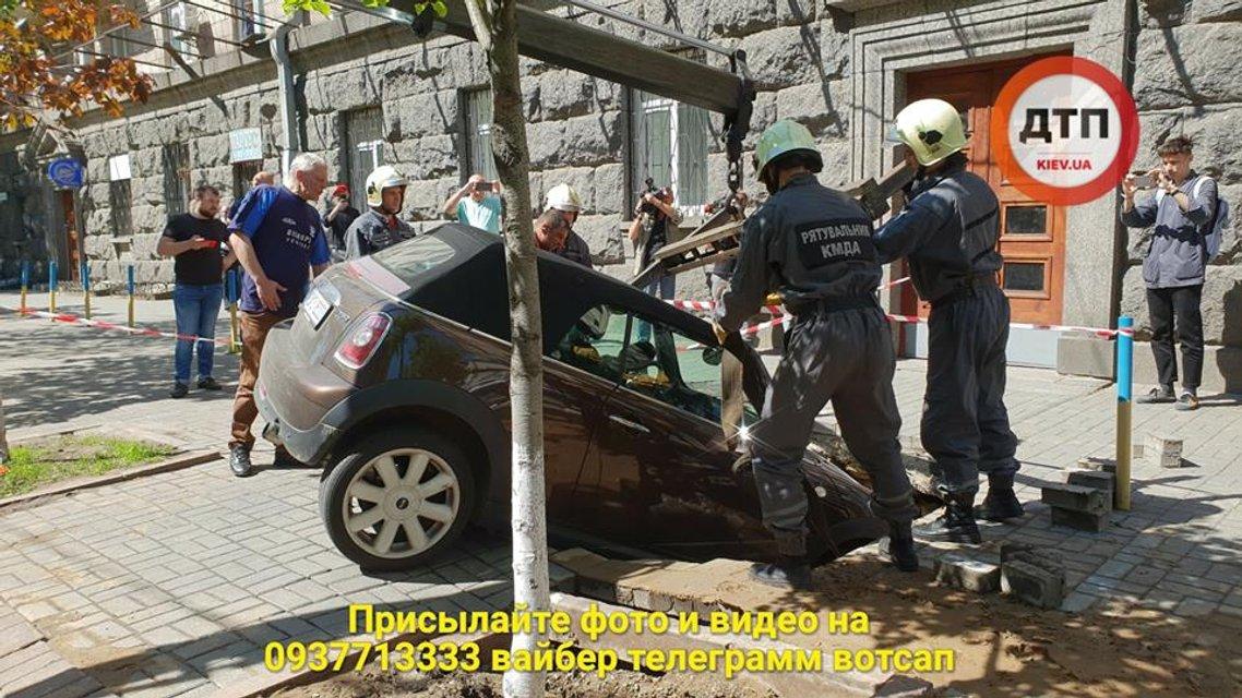 В центре Киева Mini Cooperушел под землю (видео) - фото 124159