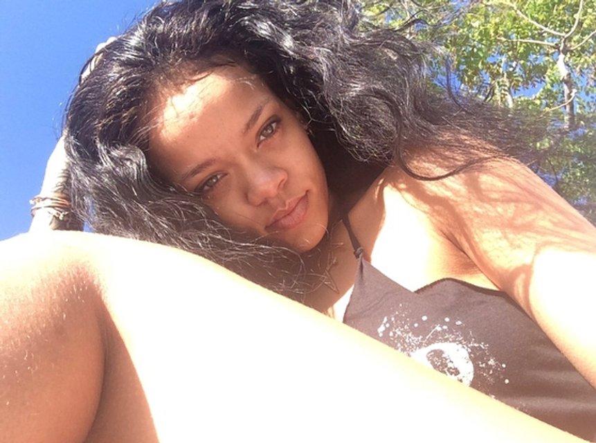 Рианна в купальнике снялась для модного глянца - фото 123248