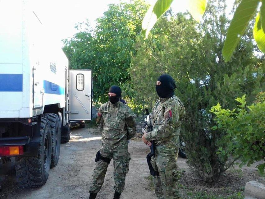 Оккупанты проводят новые обыски у крымских татар - фото 126204