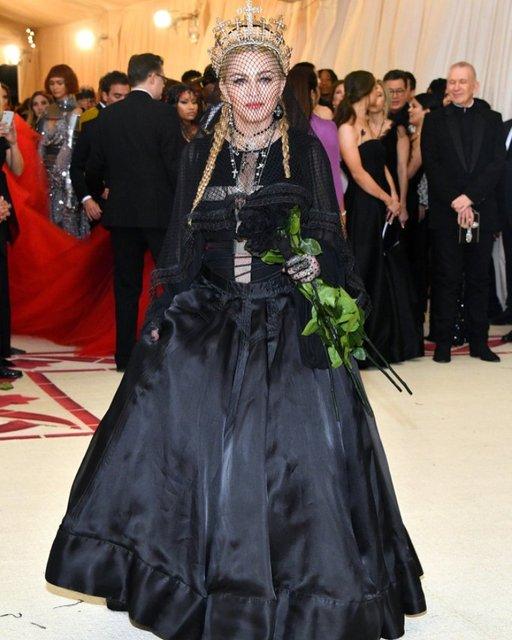 Met Gala-2018: лучшие наряды от известных личностей - фото 123802
