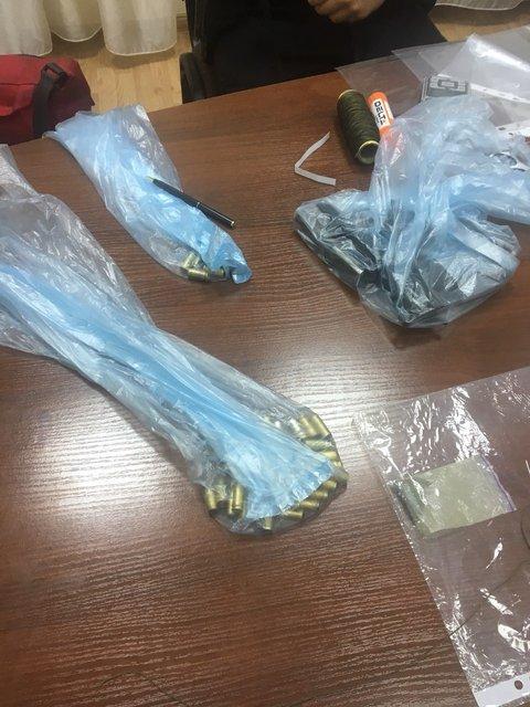 В кабинете замдиректора киевской гимназии нашли оружие и гранату - фото 128165