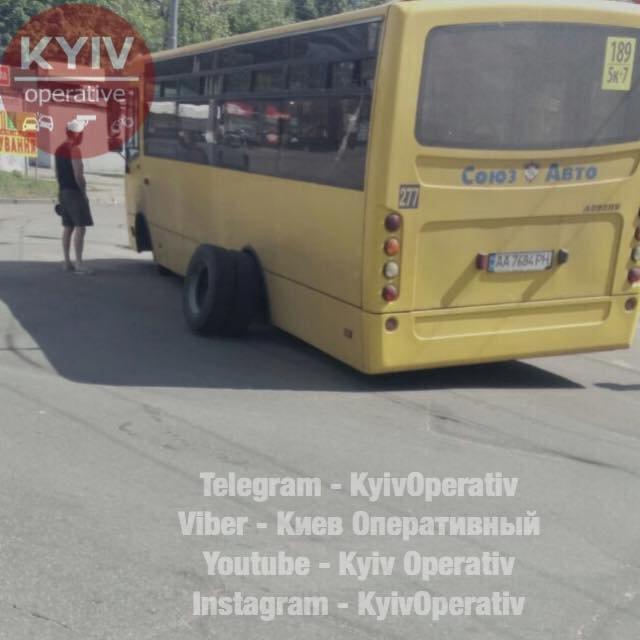 Киевская маршрутка на ходу потеряла колеса - фото 125187