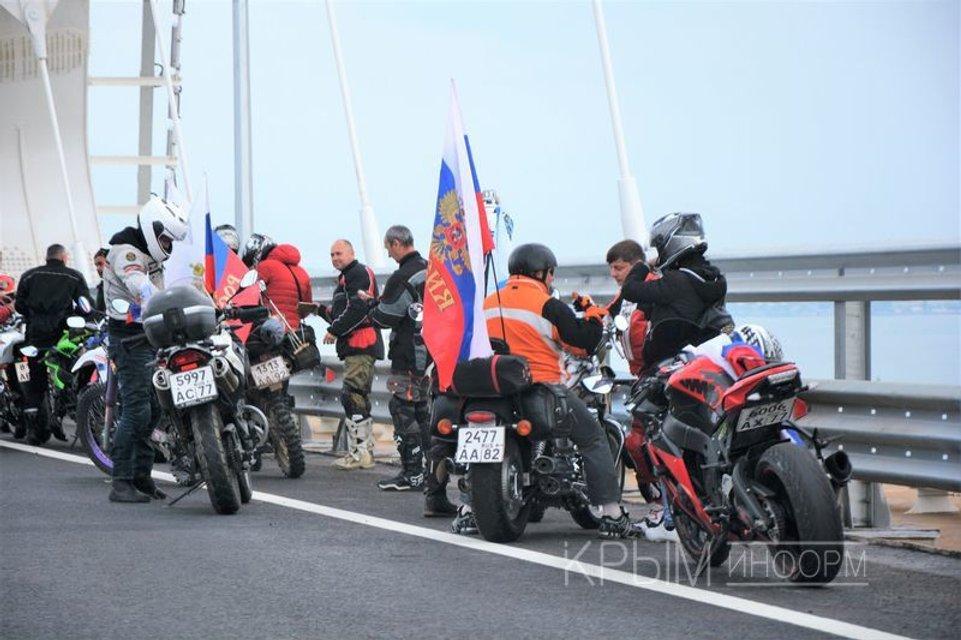 Вслед за царем: Друзья Путина нарушили ПДД на Керченском мосту - фото 125330