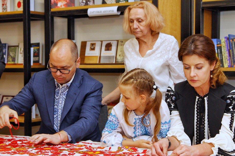 День вышиванки: Жена Порошенко занималась рукоделием вместе с мэром Одессы - фото 125624