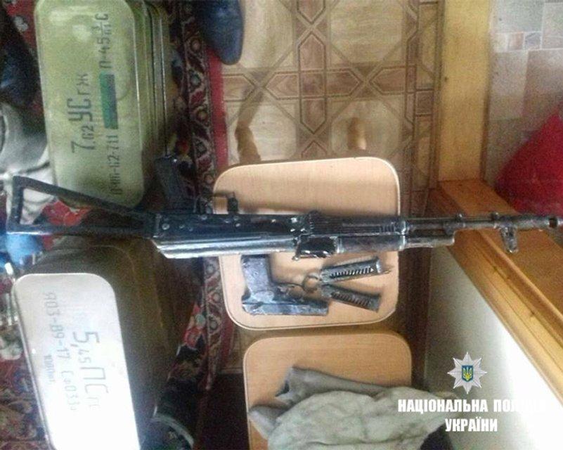 В хозяйстве пригодится: Прапорщик в отставке собрал дома огромный арсенал оружия - фото 125815