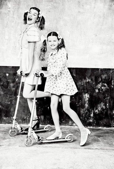 Милла Йовович вместе с дочкой удивила шикарной фотосессией - фото 126650
