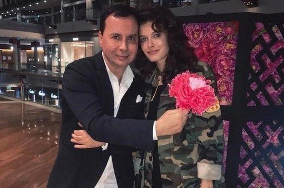 Уснула в подъезде: У пьяной жены российского бизнесмена украли кольцо за 47 млн - фото 123541