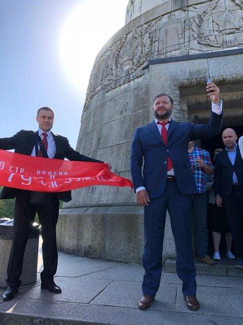 Дошел до Берлина: Добкин похвастался советским флагом и 'георгиевской' лентой - фото 124147