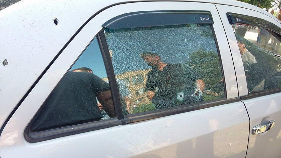 Террористы обстреляли школу в Светлодарске, ранен гражданский (ФОТО) - фото 125523