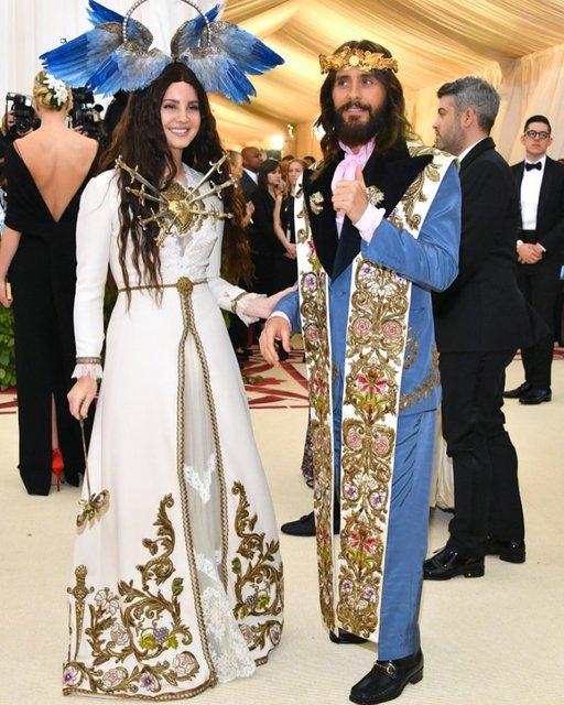 Met Gala-2018: лучшие наряды от известных личностей - фото 123804