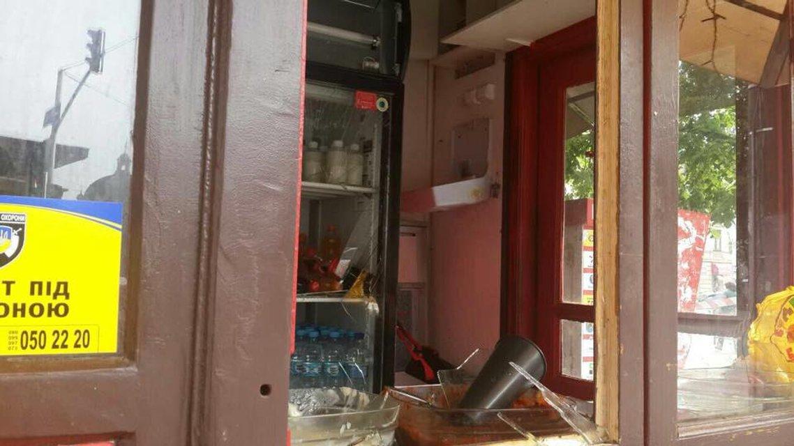 Во Львове в киоске фаст-фуда погремел взрыв, есть пострадавшая - фото 124114