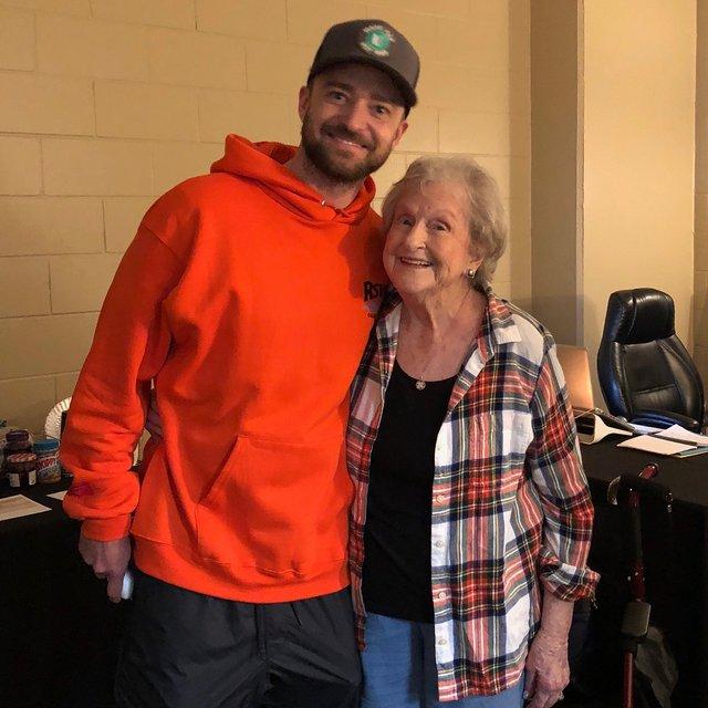 Джастин Тимберлейк признался в любви 88-летней фанатке - фото 125603