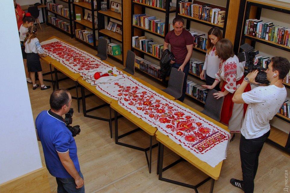 День вышиванки: Жена Порошенко занималась рукоделием вместе с мэром Одессы - фото 125626