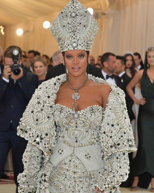 Met Gala-2018: лучшие наряды от известных личностей - фото 123783