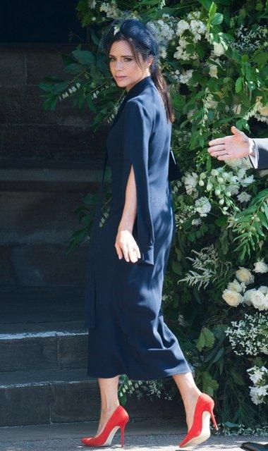 Виктория Бекхэм восхитилась нарядом Меган Маркл - фото 127319