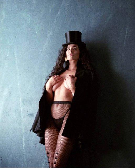 Экс-модель Playboy обнажила грудь в развратном наряде - фото 127061