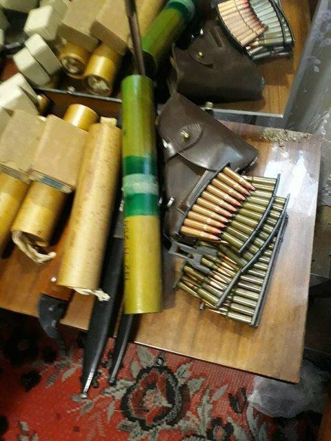 В хозяйстве пригодится: Прапорщик в отставке собрал дома огромный арсенал оружия - фото 125811