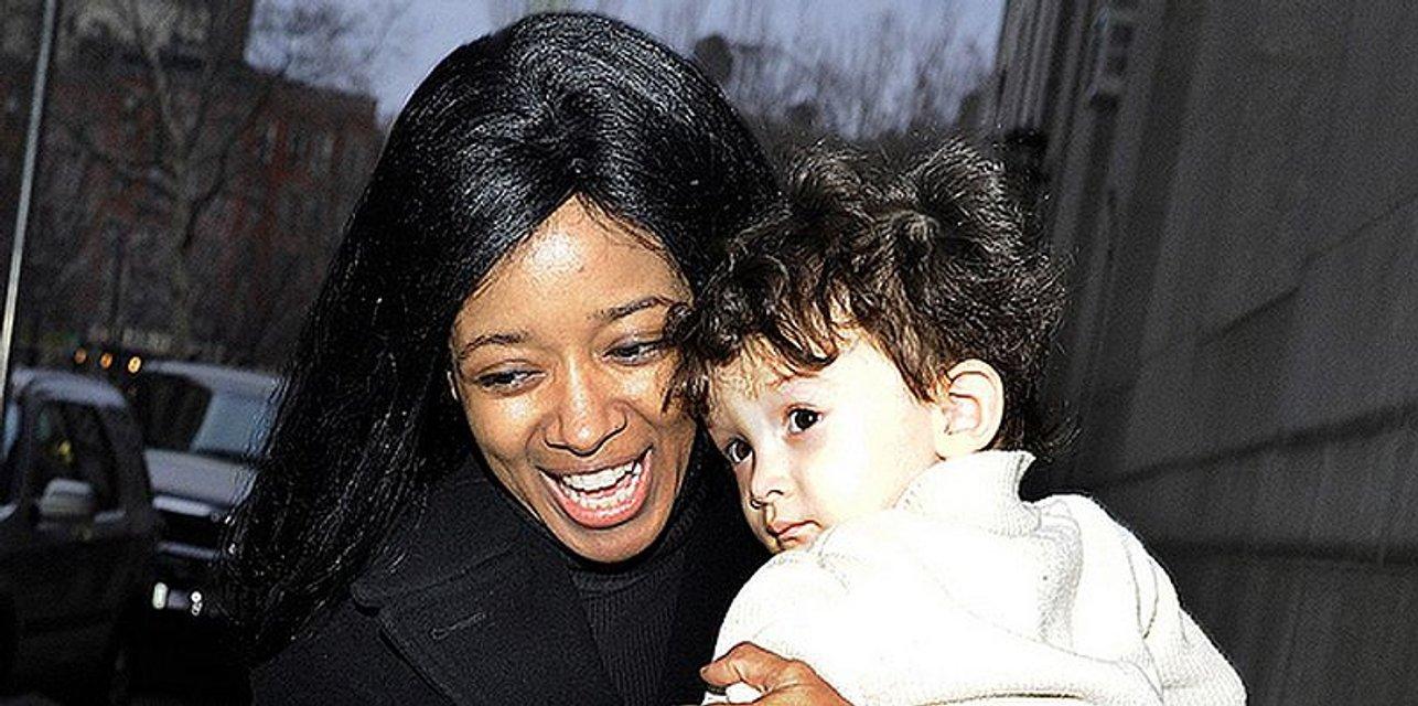 Экс-модель Playboy с ребенком выбросилась из окна 25 этажа гостиницы - фото 126172