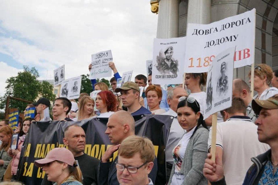 В столице Украины проходит марш за освобождение политзаключенных и пленных - фото 126013