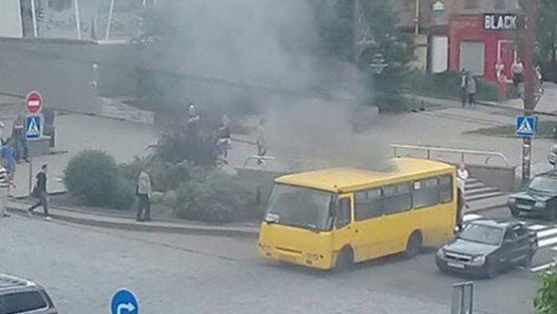 В центре оккупированного Донецка взорвалась маршрутка - фото 126789