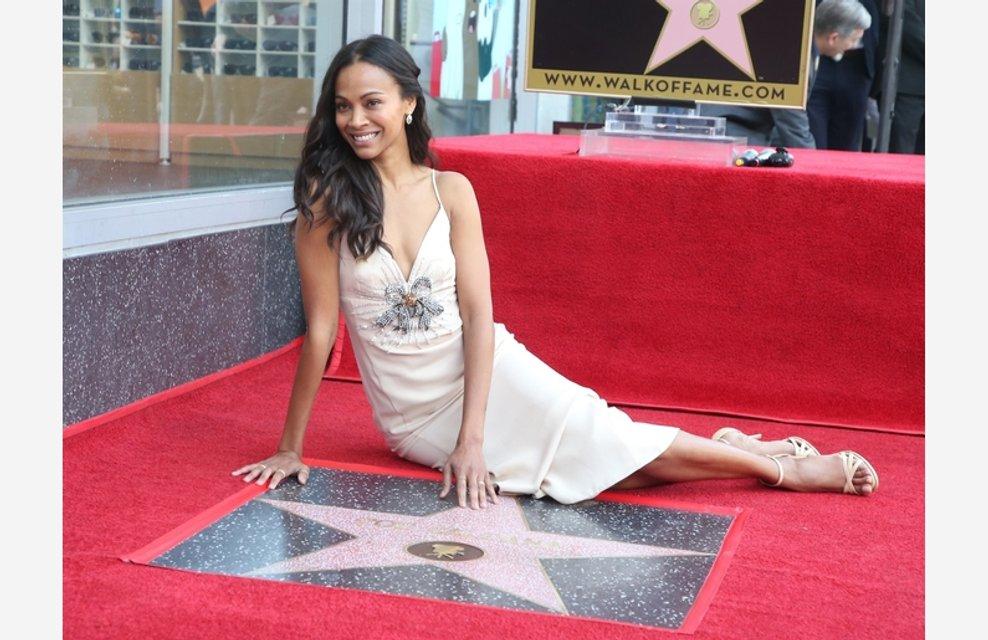 Мила Кунис поздравила Зои Салдану с получением звезды на Аллее славы - фото 123170