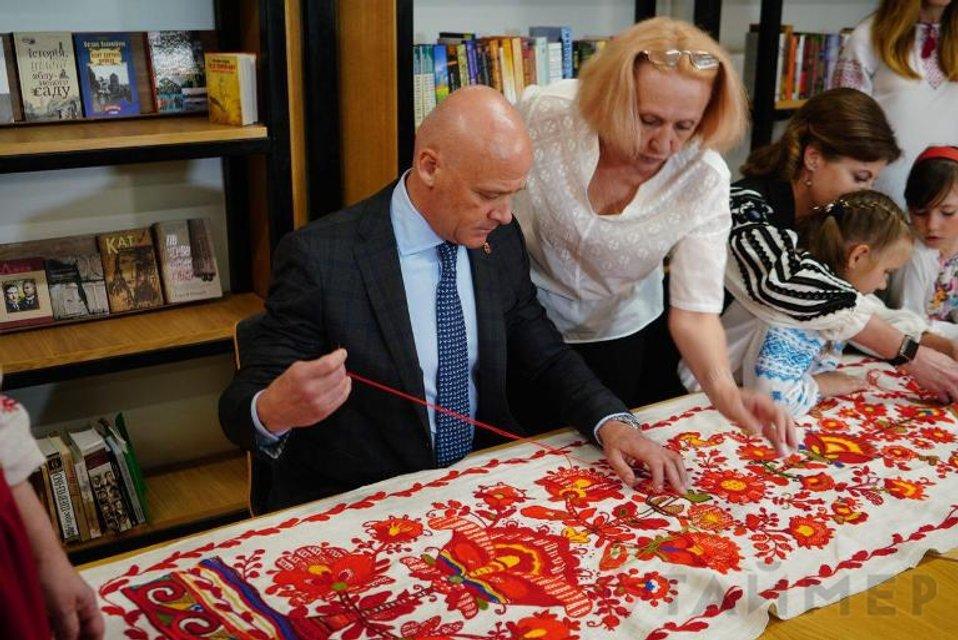 Я еще и крестиком могу: Как мэр Одессы перед Первой леди вышивал - фото 125741