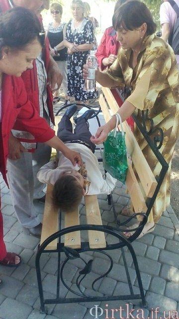 В Ивано-Франковской области школьник упал в обморок во время речи Порошенко - фото 128155