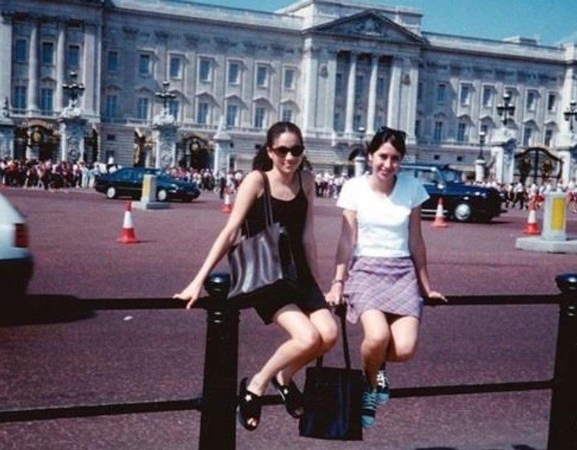 15-летняя Меган Маркл позировала на фоне Букингемского дворца - фото 126285