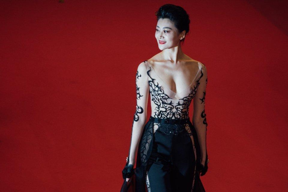 Самый откровенный наряд Каннского фестиваля: Актриса пришла с голой грудью - фото 124983