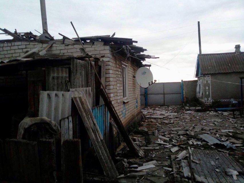 Боевики обстреляли жилые дома Троицкого, погибли взрослый и ребенок (ФОТО) - фото 125728