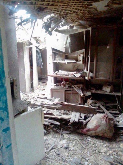 Боевики обстреляли жилые дома Троицкого, погибли взрослый и ребенок (ФОТО) - фото 125724