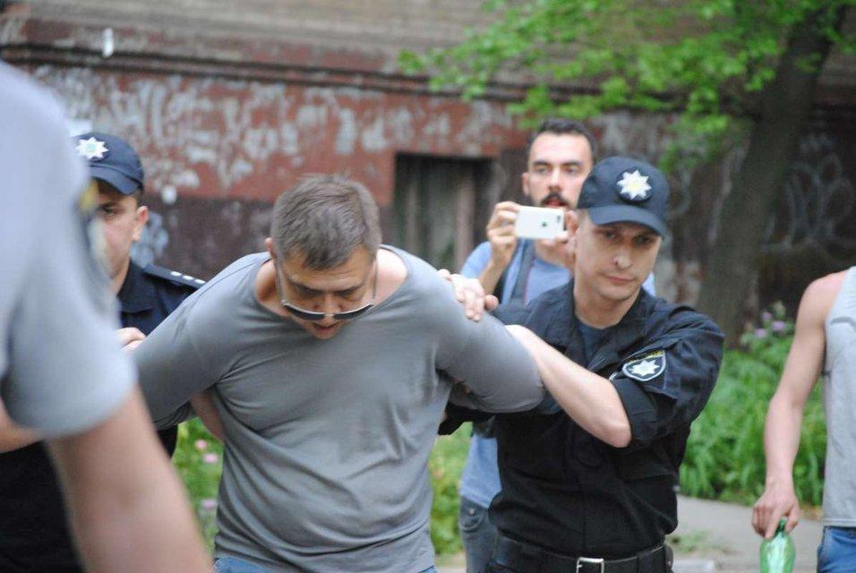 В Запорожье неизвестный бросил шумовую петарду во время акции за права ЛГБТ - фото 125438