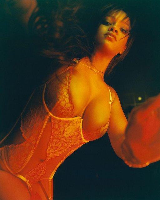 Рианна продолжает делиться откровенными фото, рекламируя собственный бренд белья - фото 123657