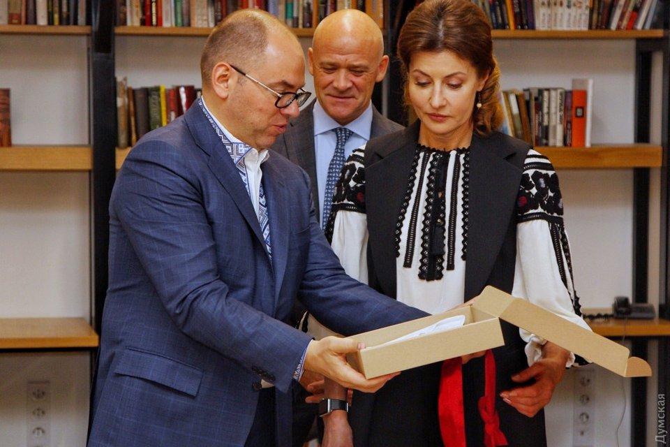 День вышиванки: Жена Порошенко занималась рукоделием вместе с мэром Одессы - фото 125625